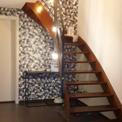Cage d'escalier lumineuse et graphique avec son nouveau papier peint conseillé par Gaëlle Maire Architecte d'intérieur, région de Liège